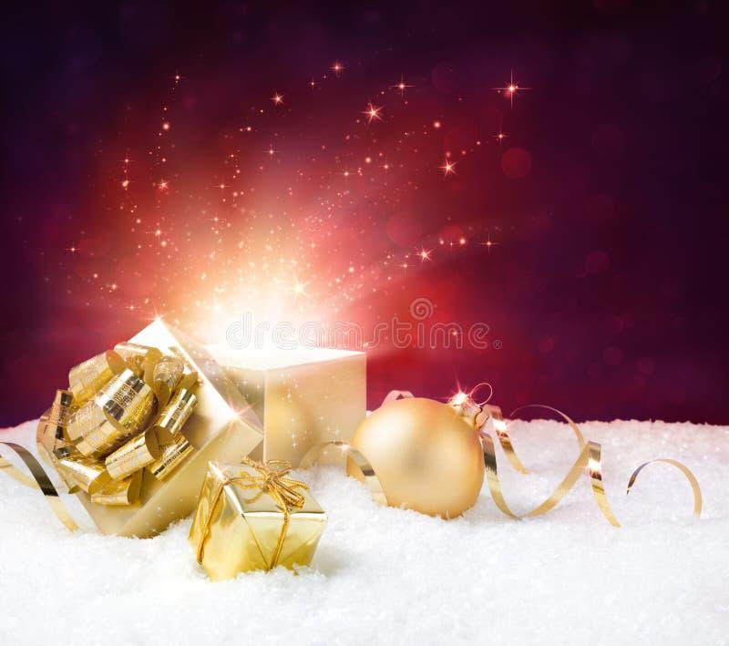 Het magische glanzen van aanwezige Kerstmis stock fotografie