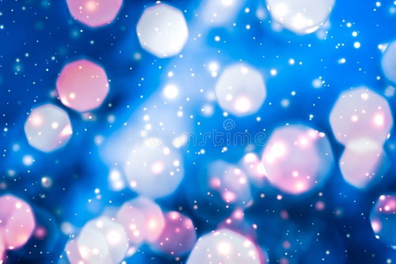 Het magische glanzend fonkelen schittert en gloeiende sneeuw, de vakantieachtergrond van de luxewinter royalty-vrije stock foto