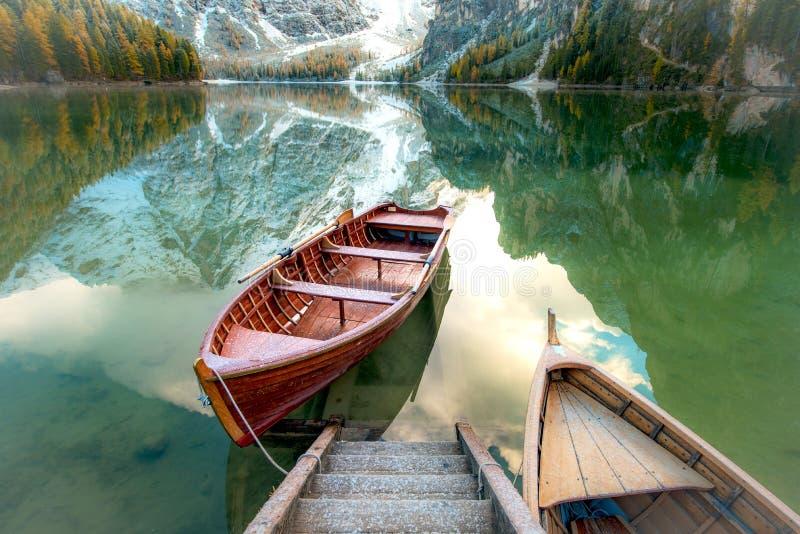 Het magische mooie landschap van de feeherfst met boten op het meer stock fotografie