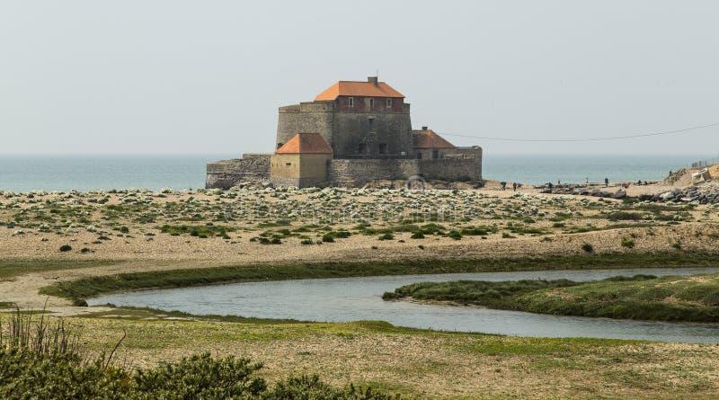 Het Mahon-Fort wordt gevestigd op Ambleteuse-Strand, in het gebied hauts-DE-Frankrijk van Frankrijk royalty-vrije stock foto's