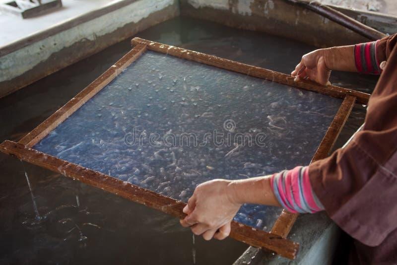 Het maken document van de proces het gemaakte moerbeiboom. royalty-vrije stock afbeelding