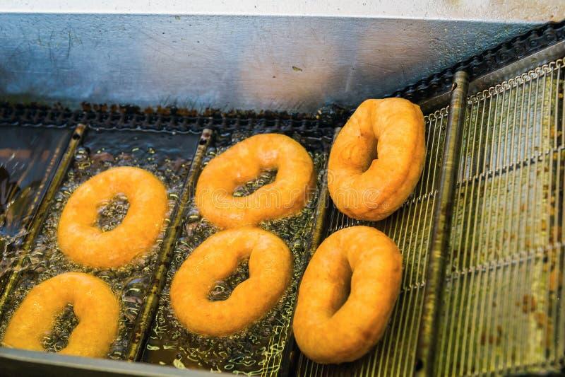Het maken donuts royalty-vrije stock afbeelding