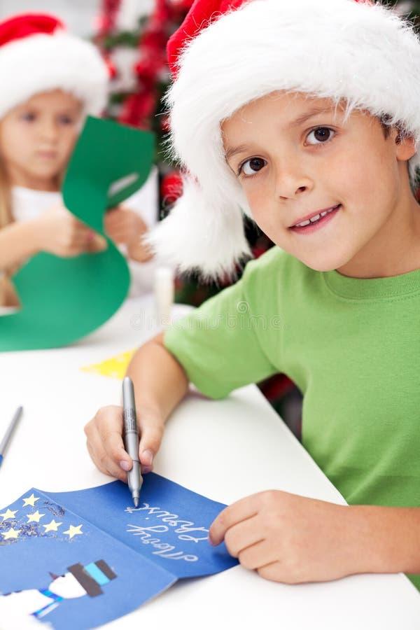 Het maken en het schrijven de kaarten van de Kerstmisgroet stock foto's