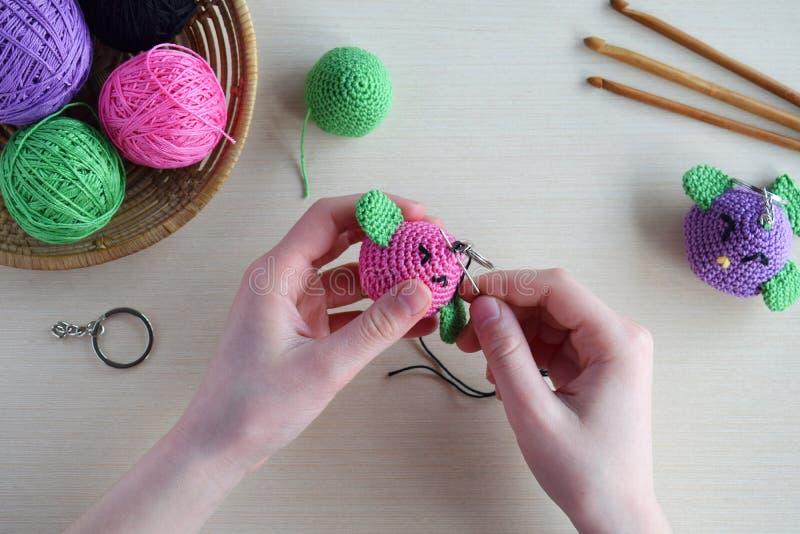 Het maken gekleurd vogel haken Stuk speelgoed voor babys of trinket Voor de lijstdraden, naalden, haak, katoenen garen Met de han stock fotografie