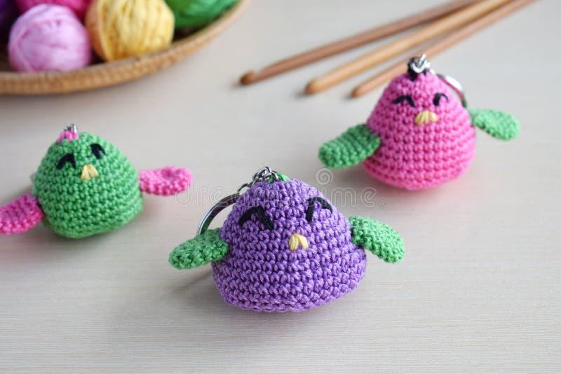 Het maken gekleurd vogel haken Stuk speelgoed voor babys of trinket Voor de lijstdraden, naalden, haak, katoenen garen Met de han stock foto