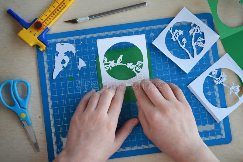 Het maken tunnelbook 3D Lente van de groetkaart Kunstwerkmateriaal en hulpmiddelen voor gesneden document - het snijden mes, sche stock afbeeldingen