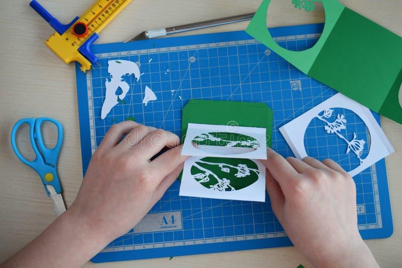 Het maken tunnelbook 3D Lente van de groetkaart Kunstwerkmateriaal en hulpmiddelen voor gesneden document - het snijden mes, sche stock foto's