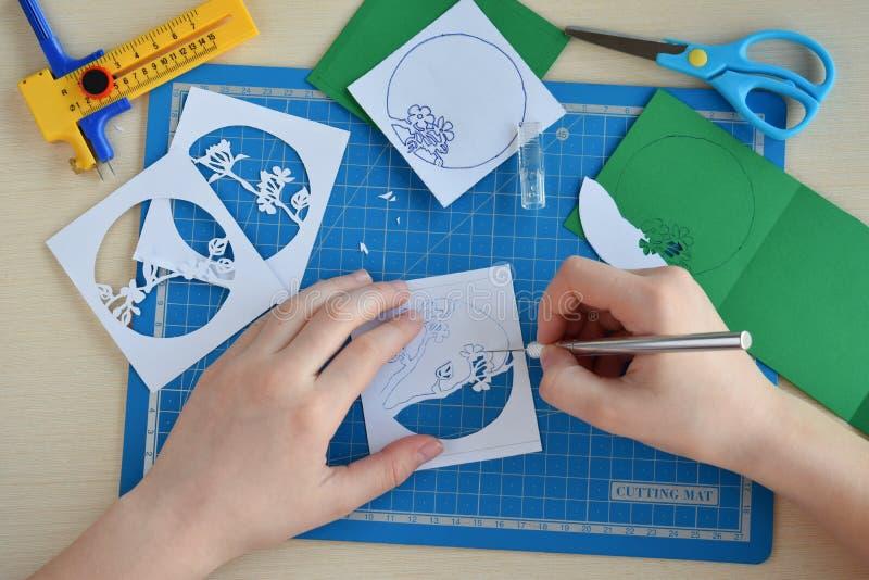 Het maken tunnelbook 3D Lente van de groetkaart Kunstwerkmateriaal en hulpmiddelen voor gesneden document - het snijden mes, sche stock fotografie
