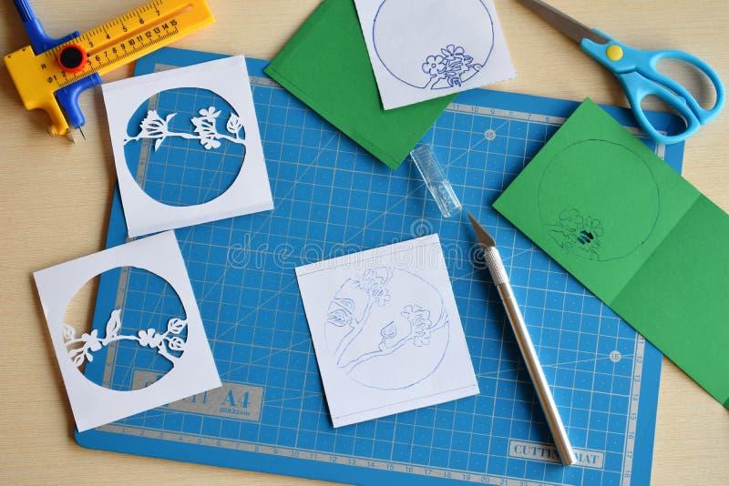 Het maken tunnelbook 3D Lente van de groetkaart Kunstwerkmateriaal en hulpmiddelen voor gesneden document - het snijden mes, sche stock afbeelding
