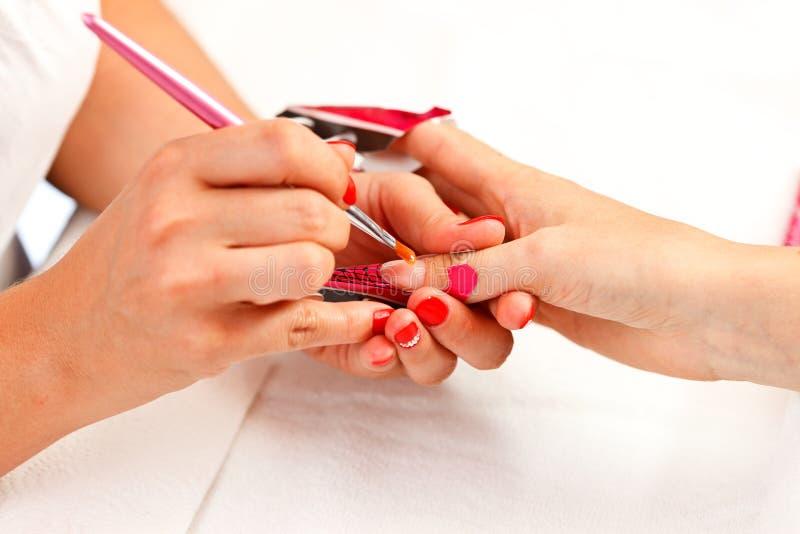 Het maken van acrylvingernagels royalty-vrije stock foto
