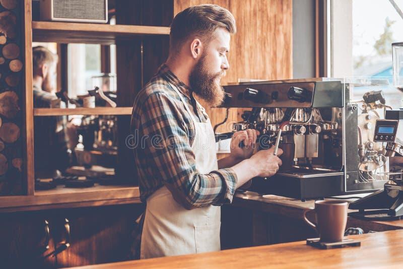 Het maken van beste koffie in deze stad stock foto