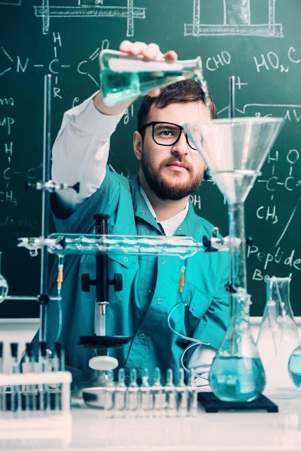 Het maken van chemisch experiment stock fotografie