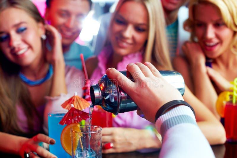 Het maken van cocktails stock foto's