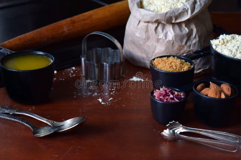 Het maken van de gebakjes van kikkererwtenkoekjes met amandelen en thee nam bloemblaadjes toe Traditionele Oostelijke snoepjes Vr royalty-vrije stock fotografie