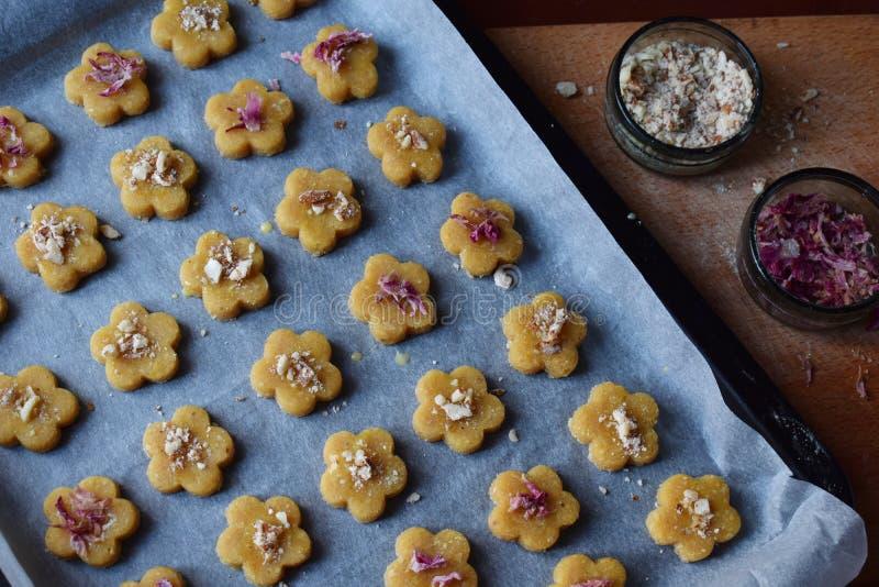 Het maken van de gebakjes van kikkererwtenkoekjes met amandelen en thee nam bloemblaadjes toe Traditionele Oostelijke snoepjes Vr stock fotografie