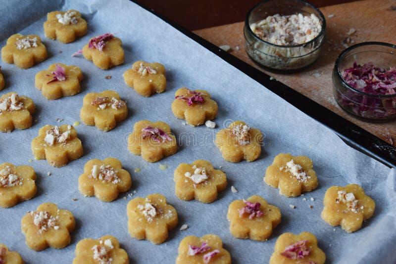 Het maken van de gebakjes van kikkererwtenkoekjes met amandelen en thee nam bloemblaadjes toe Traditionele Oostelijke snoepjes Vr royalty-vrije stock foto's