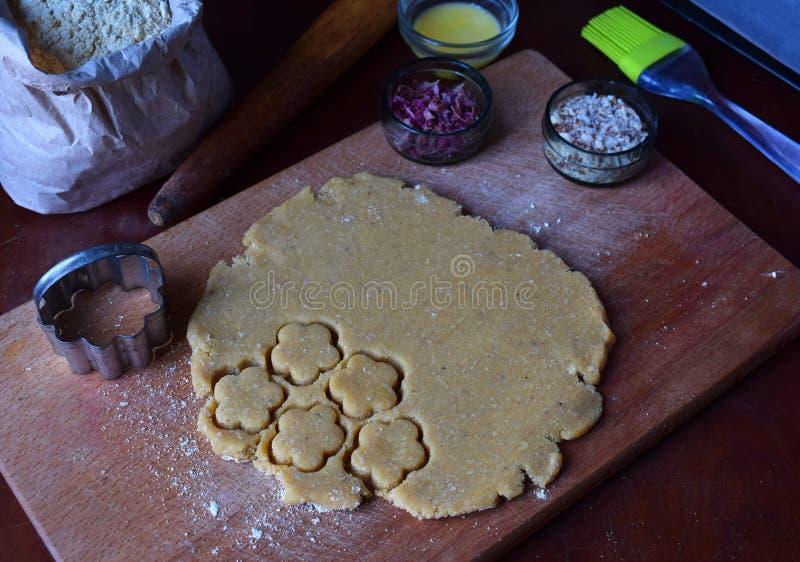 Het maken van de gebakjes van kikkererwtenkoekjes met amandelen en thee nam bloemblaadjes toe Traditionele Oostelijke snoepjes Vr stock foto's