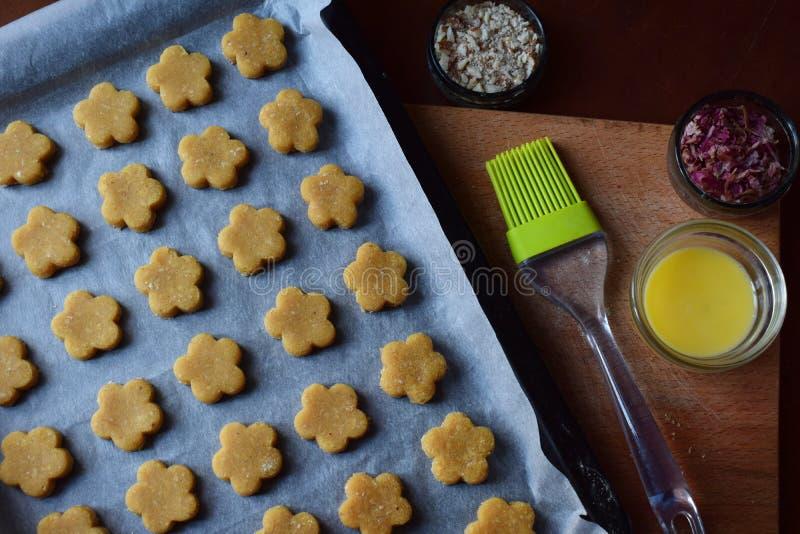 Het maken van de gebakjes van kikkererwtenkoekjes met amandelen en thee nam bloemblaadjes toe Traditionele Oostelijke snoepjes Vr stock foto