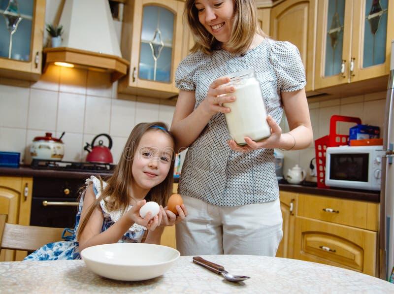 Het maken van de meest breakfest helper van Weinig moeder stock afbeelding