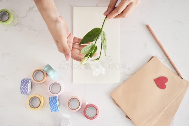 Het maken van decoratie of groetkaart stock afbeelding