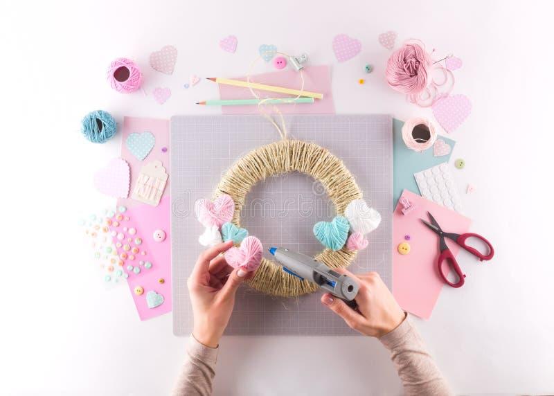 Het maken van diy project Breiende decoratie Ambachthulpmiddelen en levering Het decor van de de valentijnskaartendag van het sei stock afbeeldingen