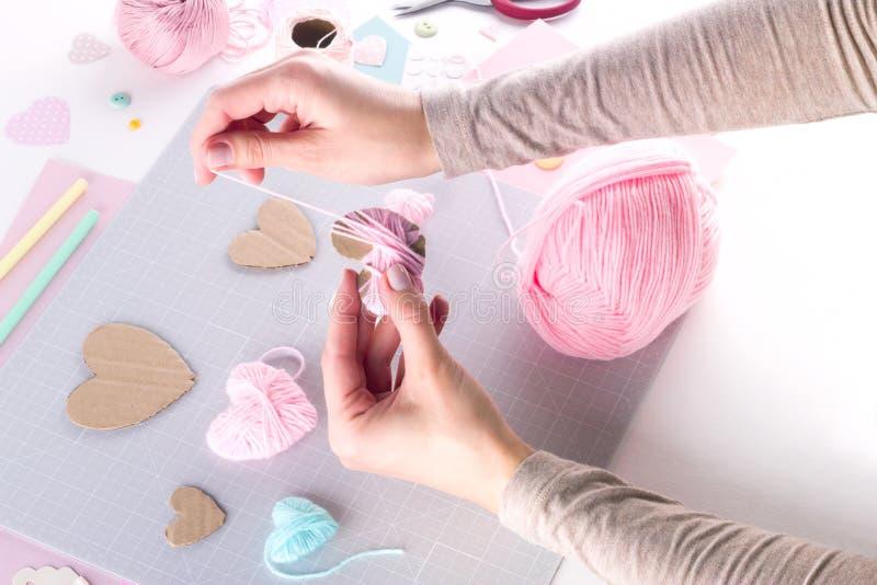 Het maken van diy project Breiende decoratie Ambachthulpmiddelen en levering Het decor van de de valentijnskaartendag van het sei stock afbeelding