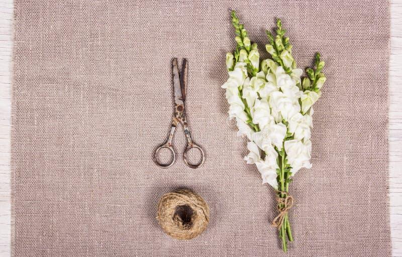 Het maken van een boeket Witte bloemen en oude schaar royalty-vrije stock afbeelding