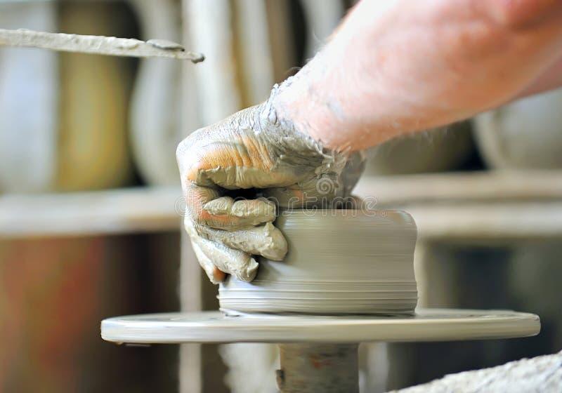 Het maken van een ceramische vaas royalty-vrije stock afbeeldingen