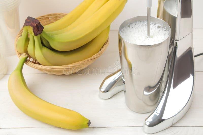 Het maken van een milkshake Mixer voor milkshake en bananen op een lichte achtergrond banaanmilkshake royalty-vrije stock foto