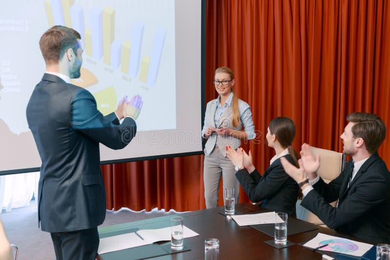 Het maken van een presentatie op vergadering stock afbeelding