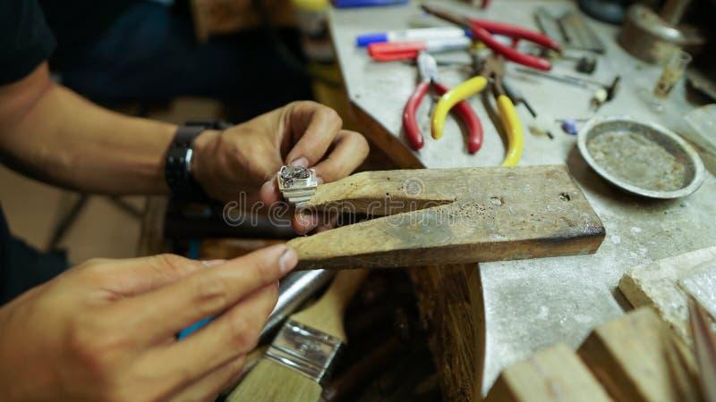Het maken van een ring stock foto