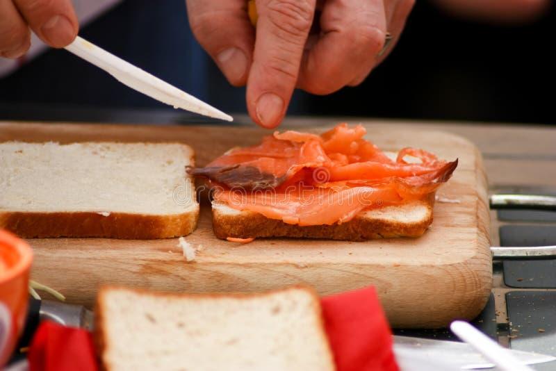 Het maken van een sandwich stock afbeeldingen