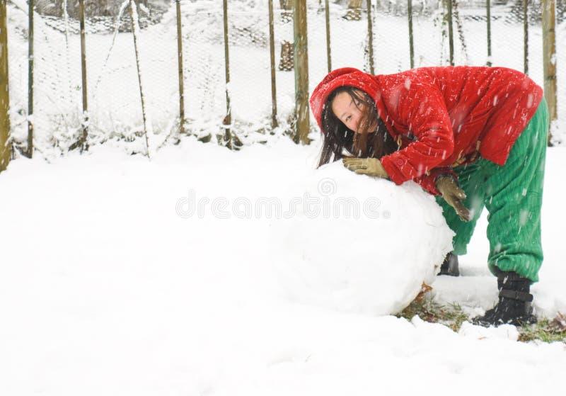 Het maken van een sneeuwman stock foto