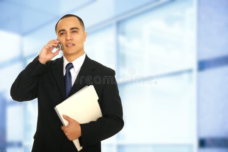 Het maken van een Telefoongesprek in Bureau stock fotografie
