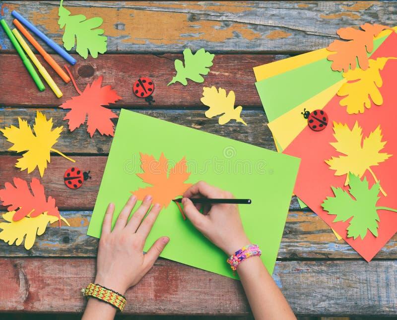 Het maken van esdoornblad van gekleurd document met uw eigen handen voor decoratie van groetkaart Met de hand gemaakte ambachten  royalty-vrije stock fotografie