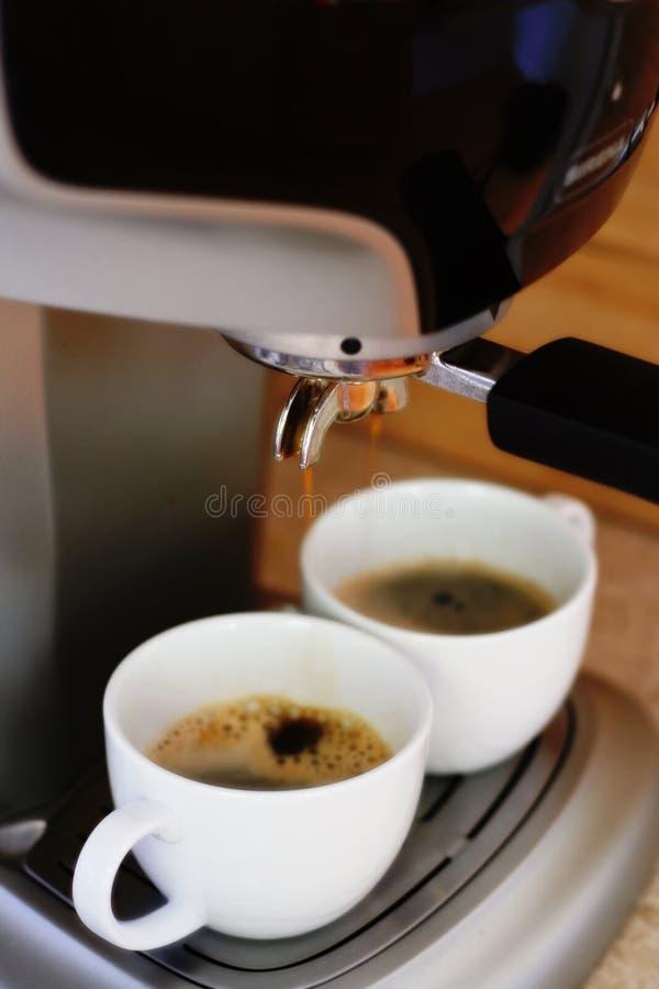 Het maken van espresso royalty-vrije stock afbeeldingen