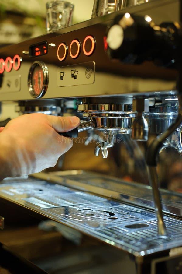 Het maken van espresso stock afbeeldingen