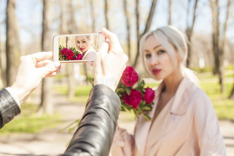Het maken van Foto met Smartphone De foto van de manier van jonge vrouw stock foto's