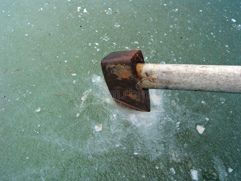 Het maken van gat in ijs stock afbeelding
