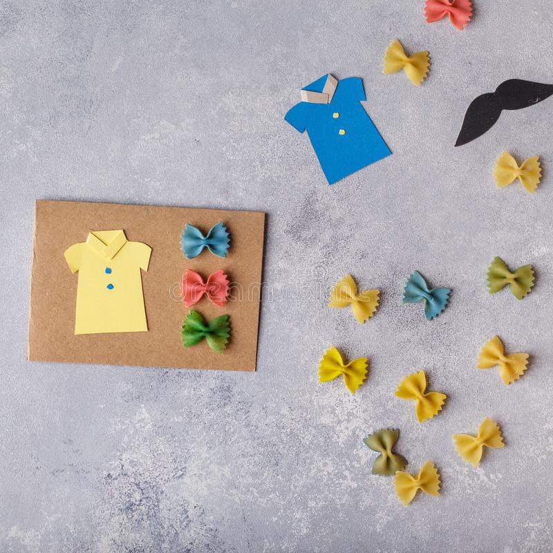 Het maken van groetkaart voor Vadersdag Overhemd met vlinder van deegwaren Kaart van document moustache De kunstproject van kinde royalty-vrije stock fotografie