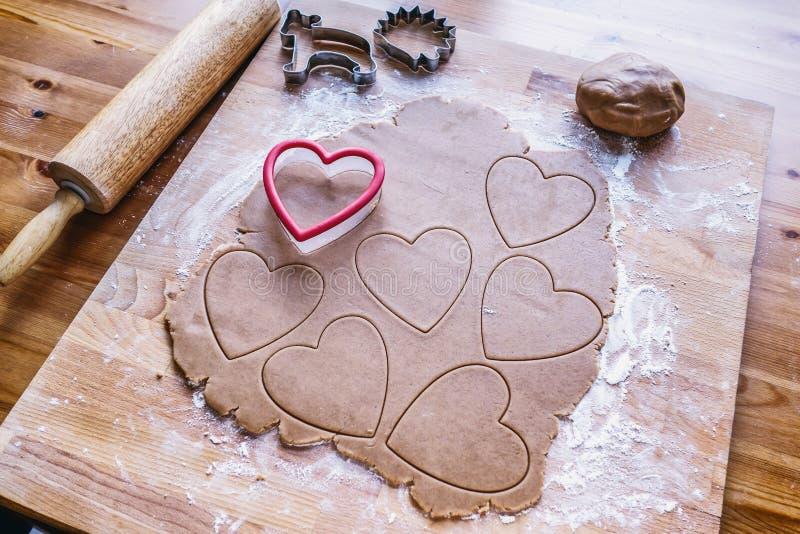 Het maken van het hartkoekje van de Kerstmispeperkoek royalty-vrije stock foto's