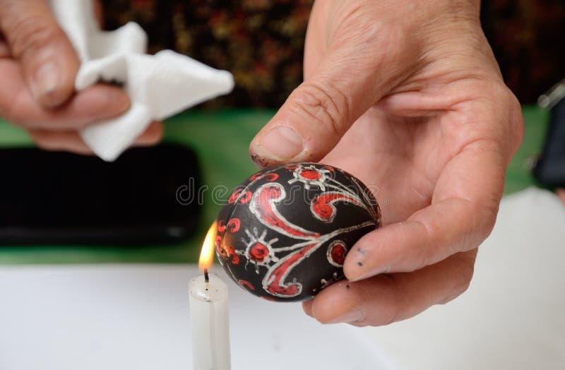 Het maken van het Oekraïense paasei stock foto