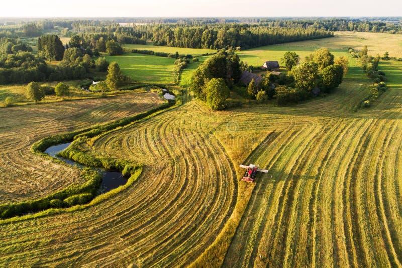 Het maken van hooi in Estlands platteland royalty-vrije stock fotografie