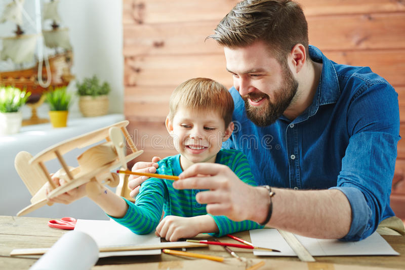 Het maken van houten stuk speelgoed vliegtuig royalty-vrije stock afbeeldingen