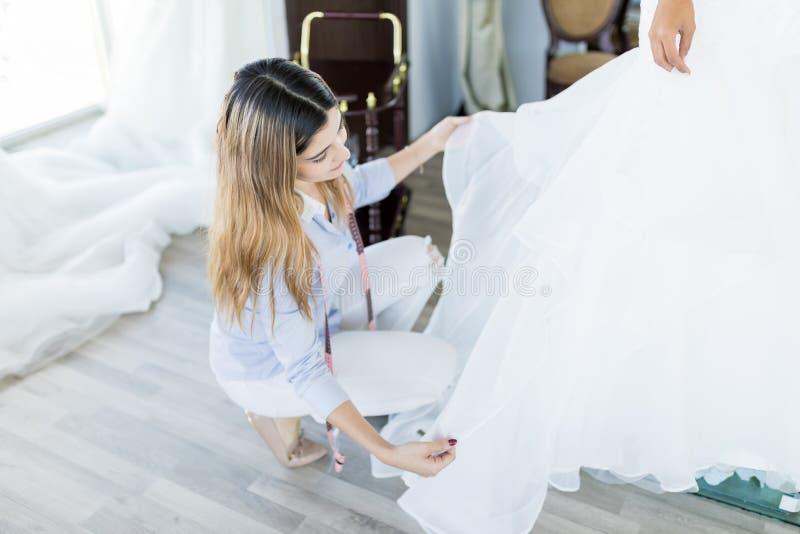 Het maken van Huwelijkstoga's is Art Of Precision stock afbeeldingen