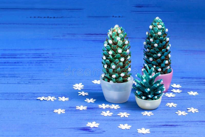 Het maken van Kerstboom van kegels Stap 5 royalty-vrije stock foto's