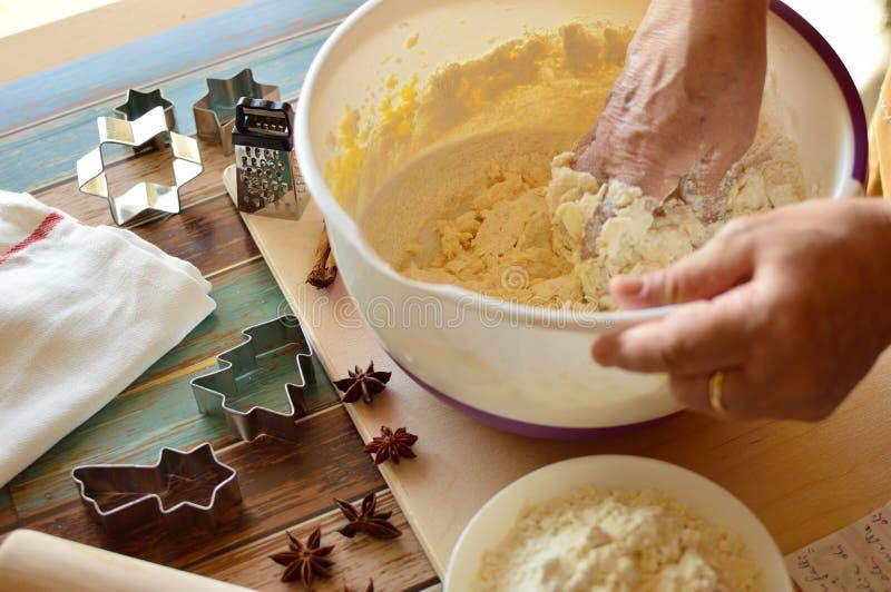 Het maken van Kerstmiskoekjes royalty-vrije stock foto's