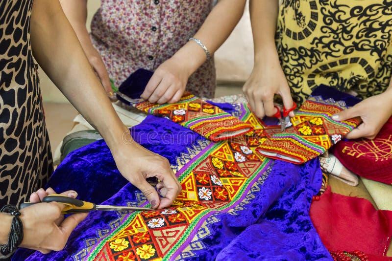 Het maken van kleurrijke traditionele huwelijkskleding in Oezbekistan royalty-vrije stock foto