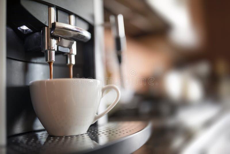 Het maken van koffie stock afbeeldingen