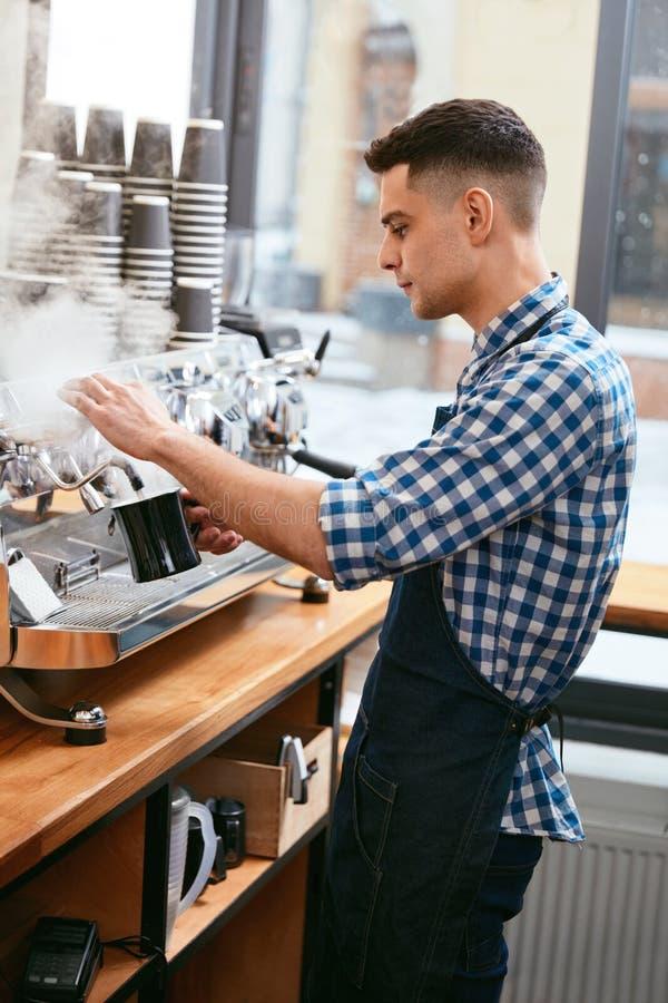 Het maken van koffie Barista Using Coffee Machine in Koffie royalty-vrije stock afbeelding